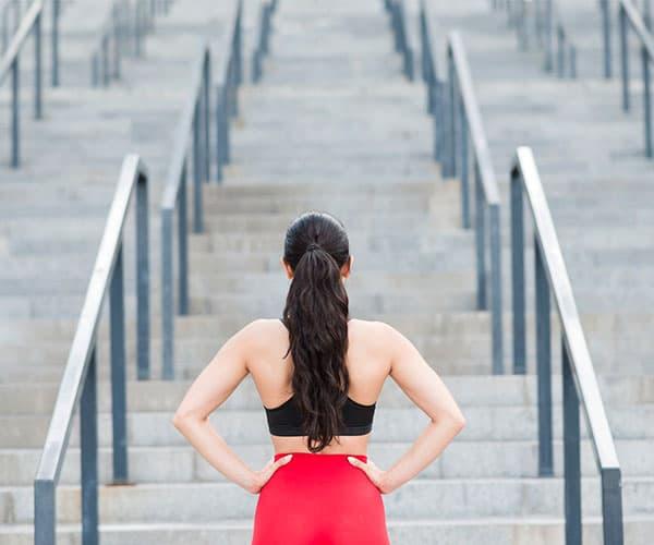 entrenamiento funcional ejercicios mujer escaleras